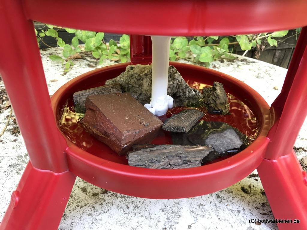 Hühnertränken für die Bienen – bottwarbienen.de